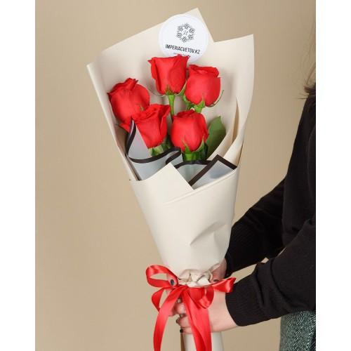 Купить на заказ Букет из 5 красных роз с доставкой в Сатпаеве