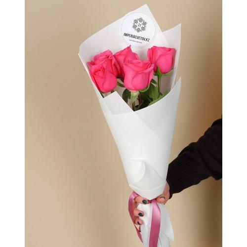 Купить на заказ Букет из 5 розовых роз с доставкой в Сатпаеве