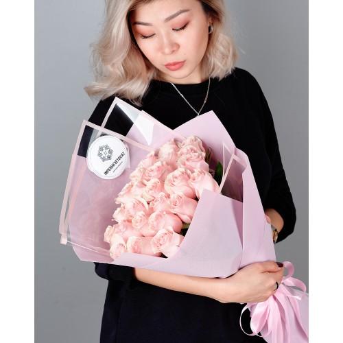 Купить на заказ Букет из 25 розовых роз с доставкой в Сатпаеве