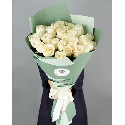 Купить на заказ Букет из 25 белых роз с доставкой в Сатпаеве