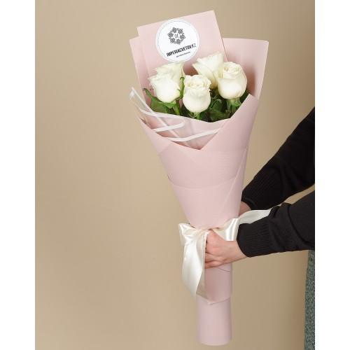 Купить на заказ Букет из 5 белых роз с доставкой в Сатпаеве