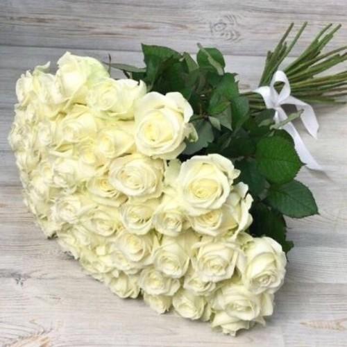 Купить на заказ Букет из 51 белой розы с доставкой в Сатпаеве